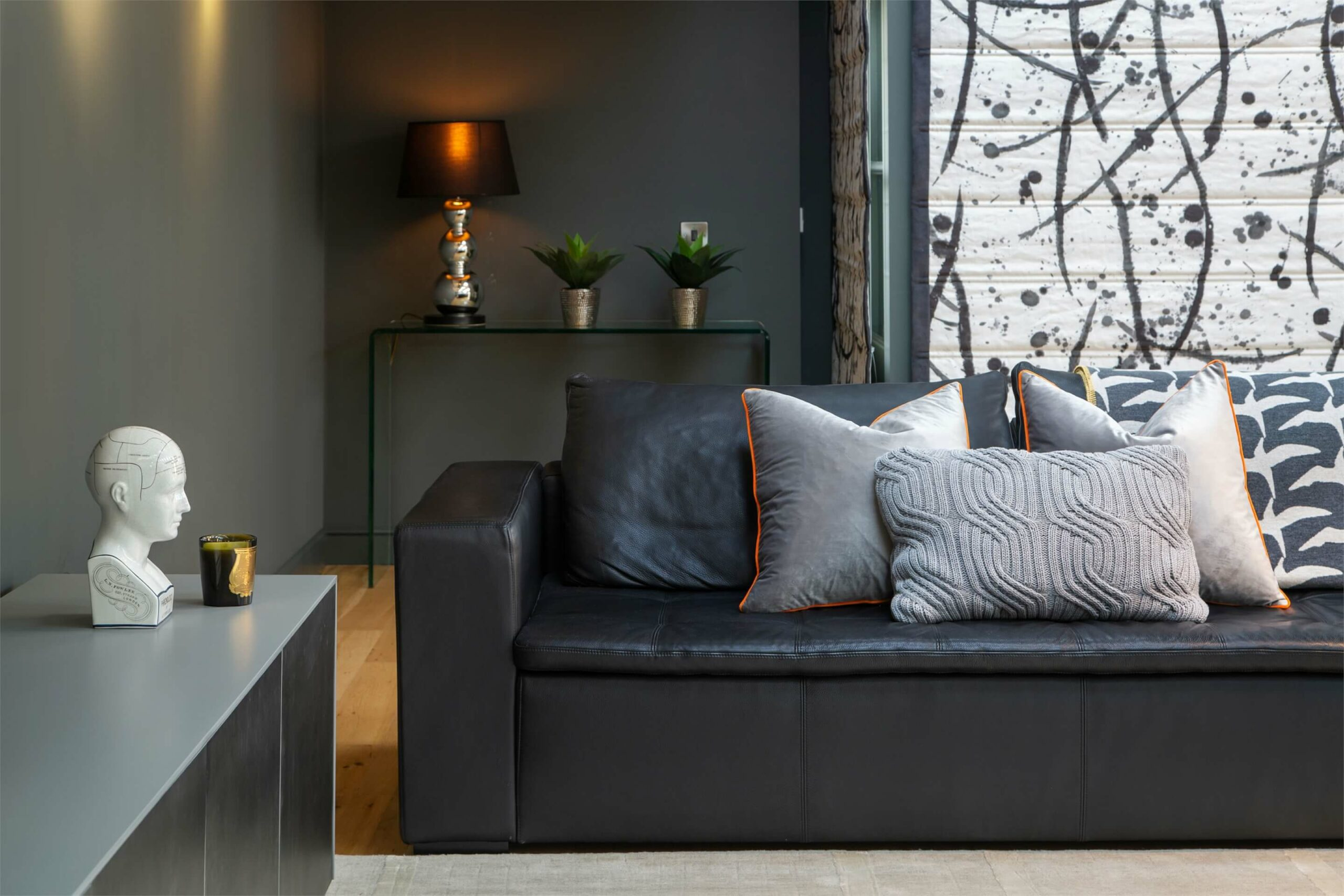 Cushions and accessories complement this masculine scheme